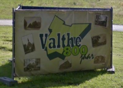 Met deze kleurrijke panelen zijn voorbijgangers er in 2017 op geattendeerd dat Valthe in dat jaar het 800-jarig bestaan heeft gevierd. Maar er is niet alleen gefeest. Er is ook hard gewerkt om dorpsplein 't Perron een facelift te geven. (© Google)