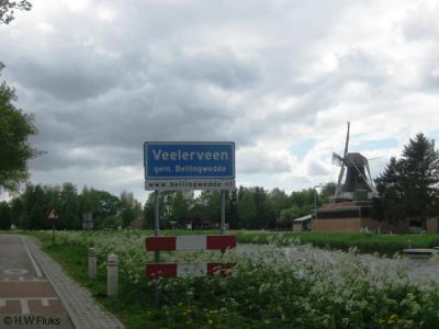 Het dorp Veelerveen ligt sinds een grenscorrectie in 1969 geheel in de in dat jaar opgerichte gemeente Bellingwedde. Voorheen lag het deels in gem. Bellingwolde, deels in gem. Vlagtwedde. Rechts ziet u de Nieman's Meuln.