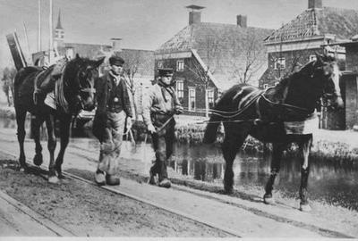 Scheepsjagers op het Boven Oosterdiep, anno ca. 1917. De brug die omhoog staat is de Willemsbrug. De kerk op de achtergrond is de kerk van dominee Winkler Prins, de hoofdredacteur van de bekende gelijknamige encyclopedie.