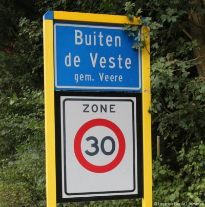 Het NW van de oude stad gelegen villawijkje Buiten de Veste heeft eigen blauwe plaatsnaamborden (komborden). De Topografische atlas Zeeland vermeldt het - wellicht daarom - als 'plaats', maar dat is niet correct: het is 'gewoon' een buitenwijk van Veere.