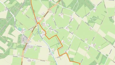 Buurtschap Veldhoek omvat een bescheiden kern op Hengelo's grondgebied en O daarvan een gebied met 'verspreide bebouwing' op Ruurlo's grondgebied. De oranje lijn is de grens tussen de dorpsgebieden van Hengelo (W) en Ruurlo (O). (© www.openstreetmap.org)