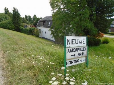 In veel buurtschappen kun je etenswaren bij boeren en/of imkers aan huis kopen. Zo ook in buurtschap Vijcie.