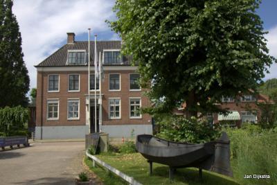 Het forse herenhuis op Herenweg 109-111 in Vinkeveen is een gemeentelijk monument