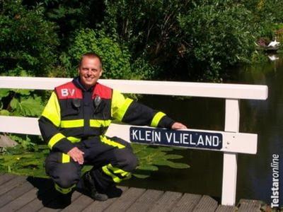 Jan Vlieland woont in de straat Klein Vlieland in de buurtschap Vlieland. Op de foto Jan bij zijn afscheid van de brandweer in 2010. (© www.telstar-online.nl)