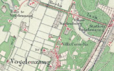 Zoals je op deze kaart uit ca. 1900 kunt zien, zijn zowel het dorp, het Huis en het station gespeld als Vogelenzang. Het is daarom curieus dat het lokale postkantoor in 1898 een stempel met de spelling Vogelzang (-Station) heeft gekregen.