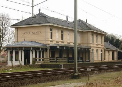 Het voormalige station Vogelenzang is tegenwoordig in gebruik als Het Woonstation, de gezamenlijke benaming voor een aantal winkels en adviseurs op het gebied van wonen en kantoor. (© Bart van der Schagt/www.nlnatuur.nl)