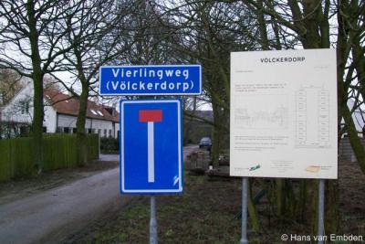 De buurtschap Völckerdorp heeft een straatnaambordje en plaatsnaambordje in één.
