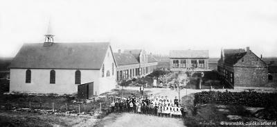 Het minidorpje Völckerdorp met links de RK St. Adrianuskapel (1910-1920) en midden achter de bijzondere neutrale school (1907-1935).
