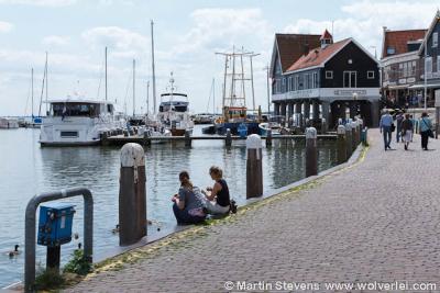Volendam, de haven, met rechts de visafslag