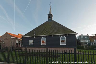 Volendam, de eveneens beroemde want houten Stolphoevekerk, én inmiddels uniek, want de enige van dit type kerk dat nog bewaard is gebleven. Gelukkig is dit markante object niet naar het Openluchtmuseum te Arnhem verhuisd, wat ooit de bedoellng is geweest.