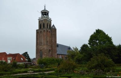 Vollenhove, de Gereformeerde (PKN) Kleine Kerk of Mariakerk. De forse vierkante toren is gebouwd in 1450, met een vierkante traptoren aan de zuidzijde. Deze torenbouw symboliseerde de H. Maria met het Kindeke.