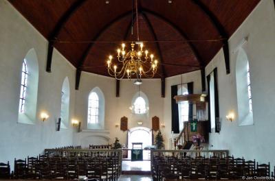 In de Gereformeerde (PKN) Kleine Kerk of Mariakerk in Vollenhove bevindt zich onder meer een fraaie oude eiken preekstoel, afkomstig van de verdronken Hervormde kerk van Beulake. Hoe dat zit kun je lezen in het hoofdstuk Bezienswaardigheden.