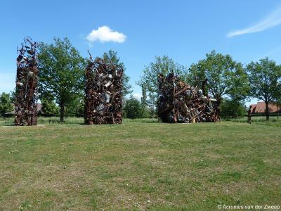 Op 11 juni 2005 is namelijk in Voor-Beltrum het zeer bijzondere kunstwerk 'Verleden - Heden - Toekomst' feestelijk onthuld, vervaardigd uit materialen afkomstig van de inwoners. Wat er zo bijzonder aan is kun je lezen in het hoofdstuk Bezienswaardigheden.