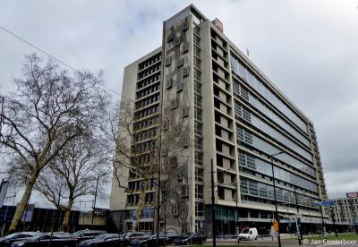 Het in 2019 tot rijksmonument benoemde voormalige Stationspostgebouw/Districtspostkantoor in Rotterdam (Delftseplein 31) is gebouwd in de jaren 1955-1959 en is tot 1999 als zodanig in functie geweest.