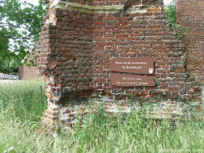 Door weersinvloeden is ook het onderste gevelbordje van de ruïne van de Sint-Jacobskapel in Vragender een ruïne aan het worden. ;-)