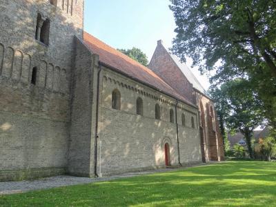 De huidige Bonifatiuskerk in Vries dateert oorspronkelijk uit de 12e eeuw en is een van de oudste kerken van de provincie. Het schip, van tufsteen, is typisch romaans. (© Harry Perton /  https://groninganus.wordpress.com/2020/09/12/rondje-gasselternijveen