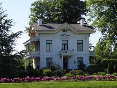Toen Pieter en Greet Battjes in 1984 het 15 ha grote landgoed Bosch en Vaart in Vries kochten, was het een verwaarloosd geheel. Sindsdien hebben zij er hard aan gewerkt om het landgoed in oude luister te herstellen. (© https://groninganus.wordpress.com)