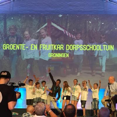 Leerlingen van Basisschool SWS De Driesprong uit Vriescheloo springen een gat in de lucht als ze op 9 juni 2018 horen dat ze zojuist, met hun project 'groente- en fruitkar', op alle onderdelen de landelijke finale van Kern met Pit hebben gewonnen.