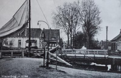De Vriezerbrug over het Noord-Willemskanaal. De brug is opengedraaid om een zeilschip door te laten. Het eerste huis is afgebroken om ruimte te maken voor de verbreding van het kanaal. In het huis rechts woonde de veldwachter. (bron: www.vriezer-post.nl)