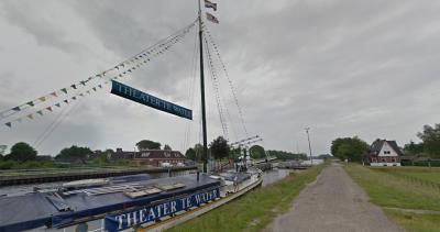 Wat een mooie toevalstreffer van de Google-fotograaf in juni 2016; de kunstzinnige Vriezerbrug gaat net open, Theater te Water - dat helaas eind 2016 is gestopt - ligt aan wal, links het hotel en rechts het huis met opschrift Vriezerbrug. (© Google)