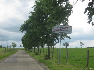 De buurtschap Vroelen heeft, net als veel andere buurtschappen in gem. Eijsden-Margraten, in 2013 plaatsnaambordjes gekregen, zodat je nu tenminste kunt zien wanneer je dit plaatsje binnenkomt en weer verlaat. Nu de gemeenten Gulpen-Wittem en Vaals nog!
