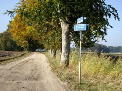 Er staat ook een blauw naambordje in de buurtschap Vuchtschoot. Althans toen wij hier in 2008 waren, was dat nog het geval. Mooi is dat hier explciiet staat aangegeven dat het een buurtschap betreft. Dat zou men meer moeten doen! (© H.W. Fluks)