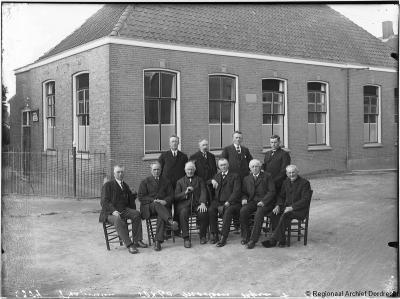 De buurtschap Vuilendam had vroeger, vermoedelijk door de afgelegenheid van de dorpskernen, een eigen lagere school, en wel in het deel onder Brandwijk. Deze foto van school met schoolbestuur dateert uit de jaren 1930.
