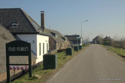 Het dorp Vuren lag aanvankelijk alleen als lintbebouwing aan de Waaldijk. De dorpskern is pas na de Tweede Wereldoorlog aangelegd. Vandaar dat het restaurant aan de Waaldijk zich Oud Vuren noemt.