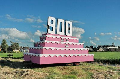 Het dorp Waarder heeft in 2008 het hele jaar door met vele evenementen en activiteiten het 900-jarig bestaan gevierd. Voorbijgangers werden d.m.v. deze megaverjaardagstaart op dit heuglijke feit geattendeerd. (© Wim de Boevère/www.deboevere.nl)
