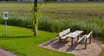 Creatief, innovatief (want nog nooit ergens anders gezien) én buitengewoon functioneel; picknickbank bij Waaxens met in de tafel ingebouwd informatiepaneel. Dan kun je terwijl je je broodje eet gelijk lezen en zien wat er zo bijzonder is aan dit dorp.