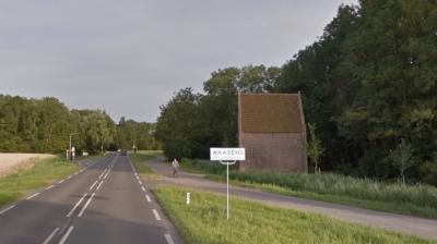 Hier lijkt het of het dorpje Waaxens geen bebouwde kom heeft, omdat hier een wit plaatsnaambord staat. Dat komt omdat hier de provinciale weg langs het dorp loopt. De dorpskern zelf heeft wél een bebouwde kom en dus blauwe plaatsnaamborden. (© Google)