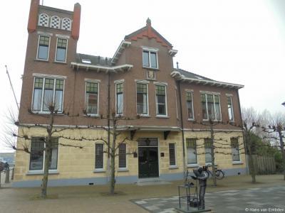 Dit lijkt wel een gemeentehuis! Inderdaad, dat was het ook. Dit voormalige, rijksmonumentale woonhuis op Zuidkade 8 in Waddinxveen is in 1910 verbouwd tot gemeentehuis.