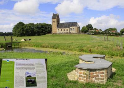 Wânswert, kunstwerk en zitbankje Wânswerter Acht is bewust zo ontworpen dat je uitgenodigd wordt om van alle kanten van het uitzicht op en rond het dorp te genieten. (© Jan Dijkstra, Houten)