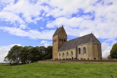 Wânswert, het oudste pand in het dorp is de 16e-eeuwse Petruskerk, met opvallend brede zadeldaktoren. (© Jan Dijkstra, Houten)