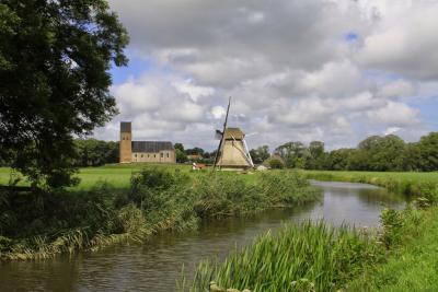 Wânswert, de twee rijksmonumentale gebouwen van het dorp staan vlakbij elkaar: de Petruskerk en Molen Victor. (© Jan Dijkstra, Houten)