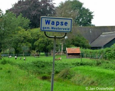 De gemeente Westerveld is zo attent om ook in het buitengebied van Wapse met witte plaatsnaamborden aan te geven dat je het grondgebied van dit dorp betreedt. Chapeau!