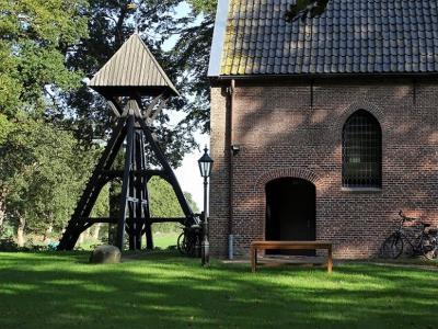 De Protestantse (voorheen vrijzinnig Hervormde) kerk van Wapserveen uit 1803, met klokkenstoel uit 1776. (© Harry Perton / https://groninganus.wordpress.com)
