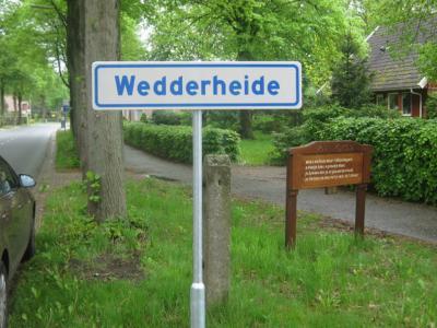 De buurtschap Wedderheide is sinds 2013, dankzij de Werkgroep Streekhistorie Bellingwedde, voorzien van plaatsnaamborden, zodat je sindsdien kunt zien wanneer je de buurtschap binnenkomt en weer verlaat. Wel zo handig en netjes. (© H.W. Fluks)