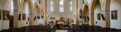Niet alleen het exterieur, ook het interieur van de H. Gerardus Majellakerk in Weebosch is fraai. De kerk is dan ook ontworpen door de bekende architect Jan Stuyt. (© www.parochiebernardus.nl)