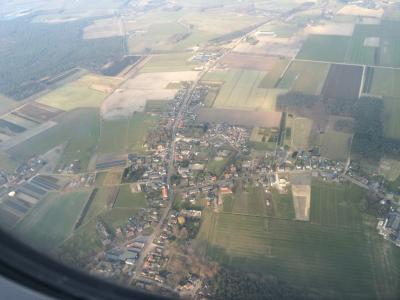 Paul van Rooijen passeerde op een terugvlucht naar Eindhoven Airport op geringe hoogte zijn dorp Weebosch. Dat leverde deze prachtige luchtfoto op, waarop precies het hele dorp te zien is. (© Paul van Rooijen)