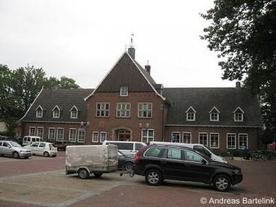 Weerselo, dit pand was van 1955 tot de gemeentelijke herindeling van 2001 het gemeentehuis van de gemeente Weerselo.