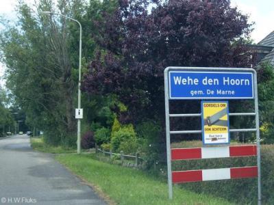 Formeel zit er in de spelling van dit plaatsnaambord van het tweelingdorp Wehe-Den Hoorn een spelfout. Wat óns betreft zitten er twee spelfouten in. Voor nadere toelichting zie het kopje Naam.