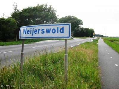 Weijerswold heeft witte plaatsnaamborden en ligt buiten de bebouwde kom