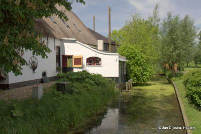 """Boerderij """"Klaverblad"""" in de buurtschap Weijland, met een mooi boenhok, waar vroeger de melkemmers en bussen werden schoongemaakt in de sloot."""