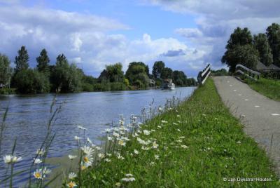 Als je langs de Oude Rijn dit bruggetje over wandelt of fietst, in de andere richting dan op de foto, kom je na buurtschap Weijpoort al snel in buurtschap Zuidzijde, met als eerste object het imposante Fort Wierickerschans.