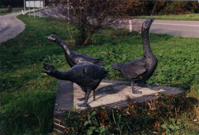 Kunstwerk 'Drie Ganzen' aan de Ommedijkseweg in buurtschap Weipoort (© www.oudzoeterwoude.nl)