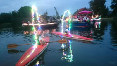 De Gondelvaart in buurtschap Weipoort is een jaarlijkse bonte stoet versierde boten die vanaf de avondschemering tot laat in de avond de hele Weipoortse Vliet afvaart. Ook de aanwonenden doen hun best om hun tuinen zo mooi mogelijk te versieren.