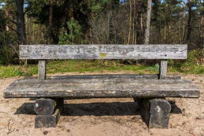 Rond Wellerlooi kun je urenlang wandelen door de prachtige natuur van Nationaal Park De Maasduinen. Gelukkig kun je ook onderweg, op een bankje van Het Limburgs Landschap, even bijkomen van alle indrukken. (© www.frankwandelt.nl)
