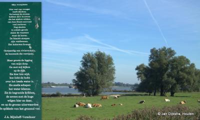 J.A. Mijnlieff-Verschoor uit Werkendam heeft vele gedichten geschreven over het rivierenlandschap. Dit is er een van, te vinden op een bordje aan de dijk langs de Boven-Merwede in Werkendam.