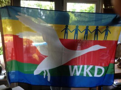 In 2012 is een mooie dorpsvlag ontworpen voor West-Knollendam, die in groten getale door de inwoners is besteld, zodat het dorp er bij feestelijke gelegenheden mee wordt opgefleurd.